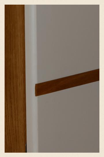 weiße Tür mit Eicheneinlage