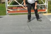 Man auf Dach mit EPDM
