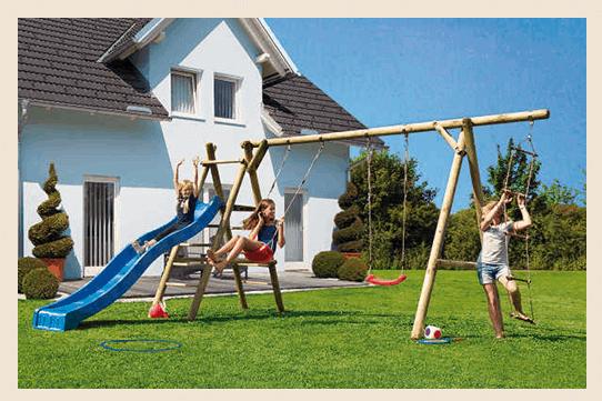 Kinder spielen im Garten auf Spielanlage
